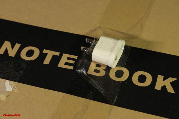 YEPO 737A Notebookの外箱に直接アダプターが取り付けられていたので粘着質が残ってしまいました。
