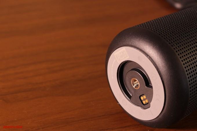 BOSE SoundLink Revolveのそこには三脚穴があるので直接三脚を固定できます。