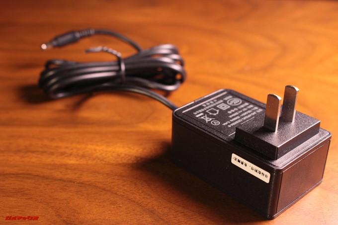 Jumper EZpad 6 Plusに付属の充電器は日本のコンセントに直接差し込める計上です。