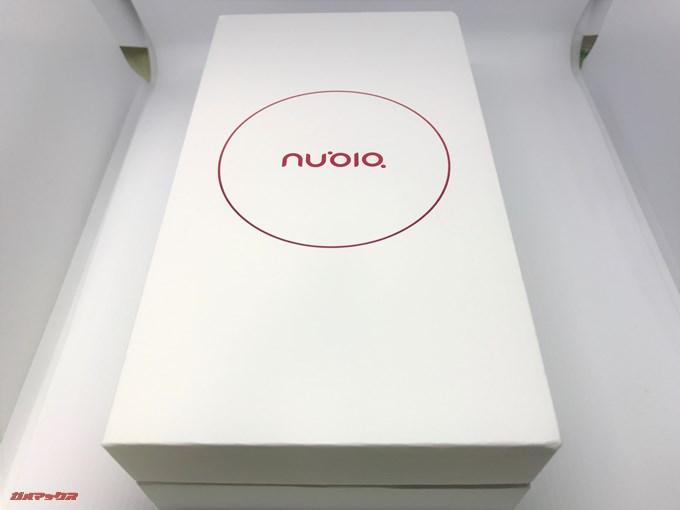 nubia Z17 liteの外箱は真っ白な外観に赤色が差し色の美しい箱です