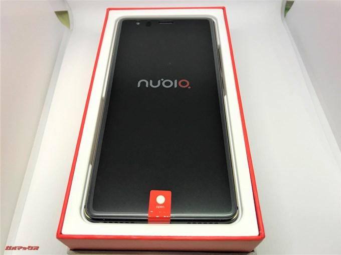 nubia Z17 liteの外箱を開けるとドーンと本体が入っています。