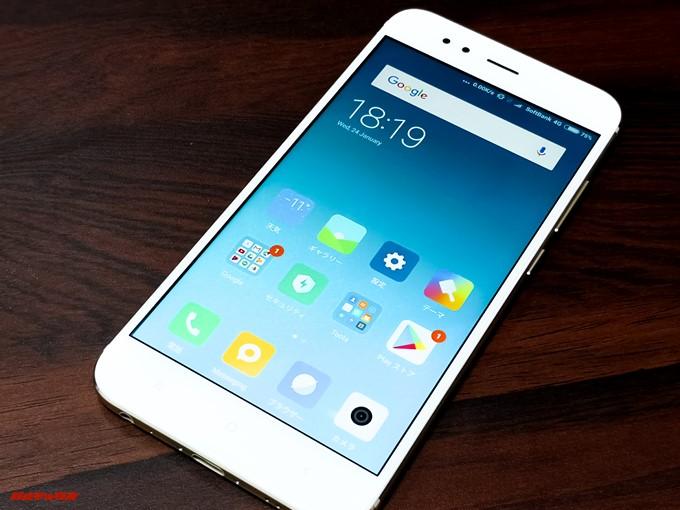 Xiaomi Mi 5Xのディスプレイ側は非常にシンプルな造りでゴールドカラーはベゼルがホワイトでした。指紋が付着しにくいカラーでGood