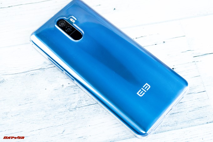 Elephone U Proに付属の保護ケースを装着すると少々大人し目になりますが、ドット加工でまた違った表情を楽しめます
