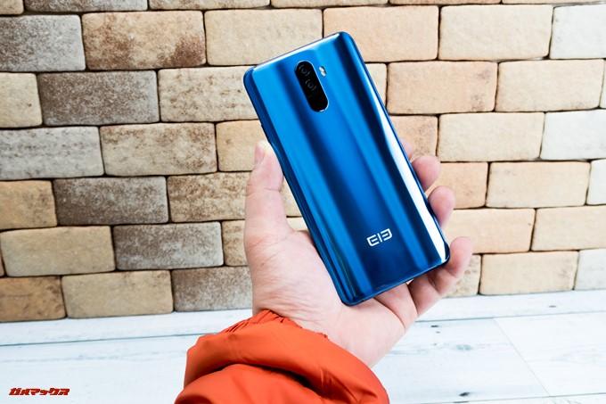 Elephone U Proは光の角度で背面の表情が変わります