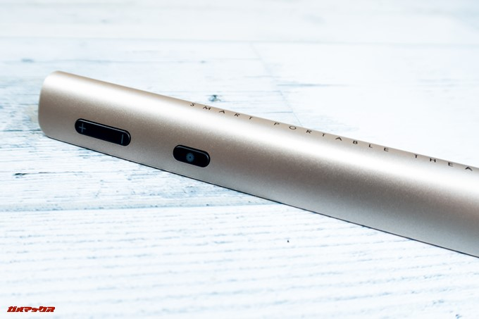 JMGO M6 Portable DLP Projectorのリモコン側面にはボリュームキーとレーザーポインターのボタンが付いてます