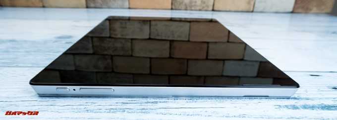 T-bao X101Aの画面左側面には電源ボタンやボリュームキーが並んでいます。