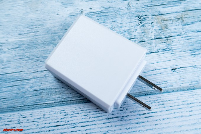 T-bao X101Aに付属の充電器は日本でそのまま利用できる形状です。