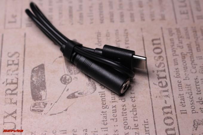 yi 4K+には外部マイク接続用のケーブルが付属しています。音別撮りも可能な仕様です