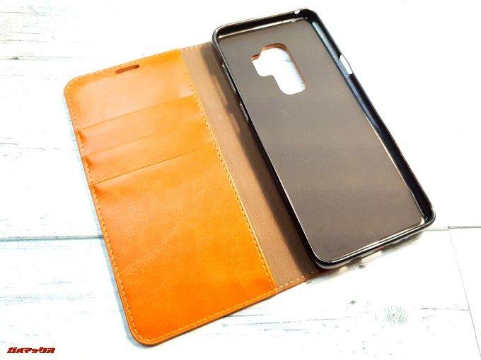 手帳型ケースはカードポケットが3つとカードケース下にもポケットが付いてます