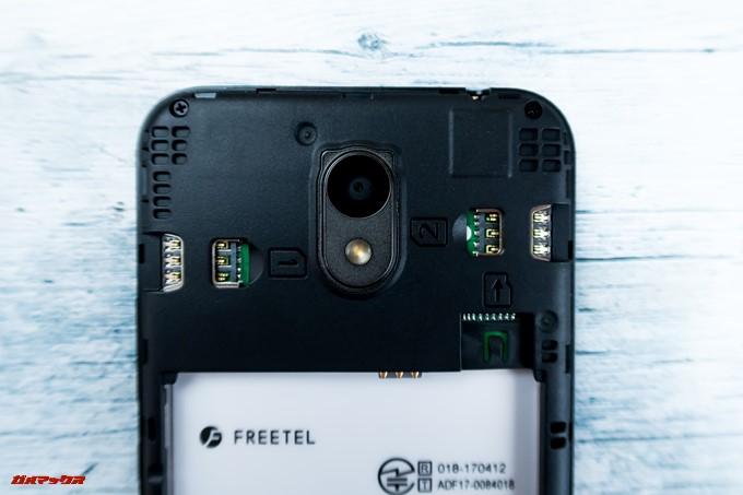 FREETEL Priori 5はバックパネルを開けるとSIMスロットやMicroSDスロットにアクセス出来ます