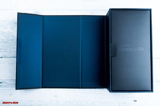 Galaxy S9とGalaxy S9の海外版の外箱は扉タイプ。イキナリ本体は出てこないので落下リスクも低いです。
