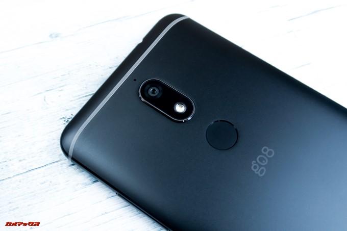 gooスマホ「g08」の背面には1600万画素のシングルカメラとタッチ式の指紋認証ユニットが備わっています
