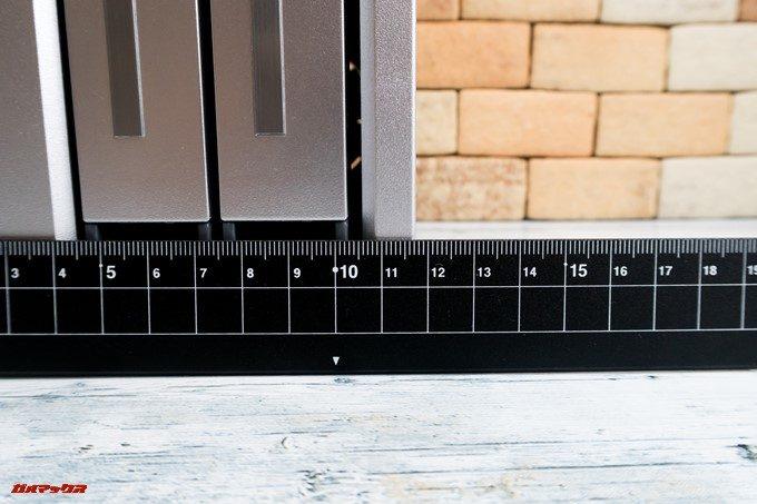 TerraMaster F2-220の正面の横幅は115mm強