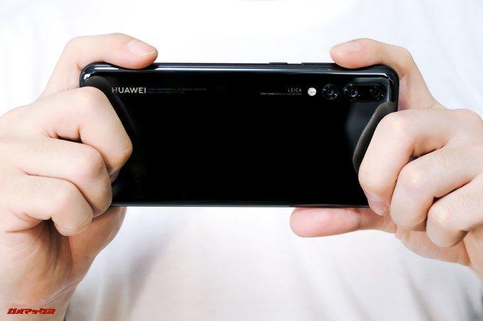 HUAWEI P20 Pro/P20は横持ち両手持ちでもカメラレンズに指がかぶらないです。