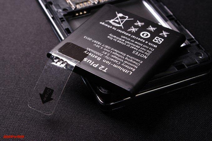 VKworld T2 Plusのバッテリーには絶縁テープが貼っています。利用時は剥がしましょう