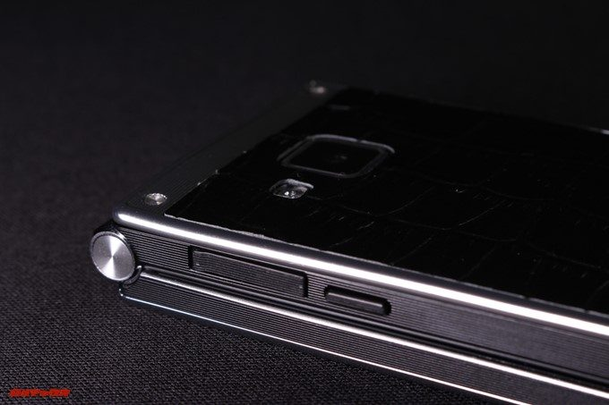 VKworld T2 Plusの充電端子はキャップ付き