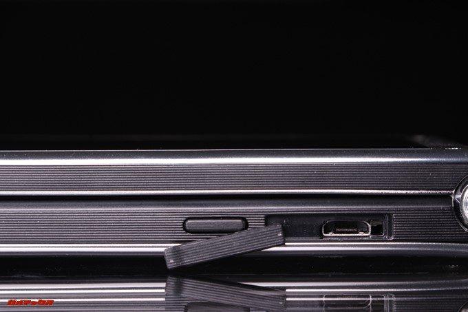 VKworld T2 Plusの充電端子のキャップを外すとMicroUSB端子が現れます