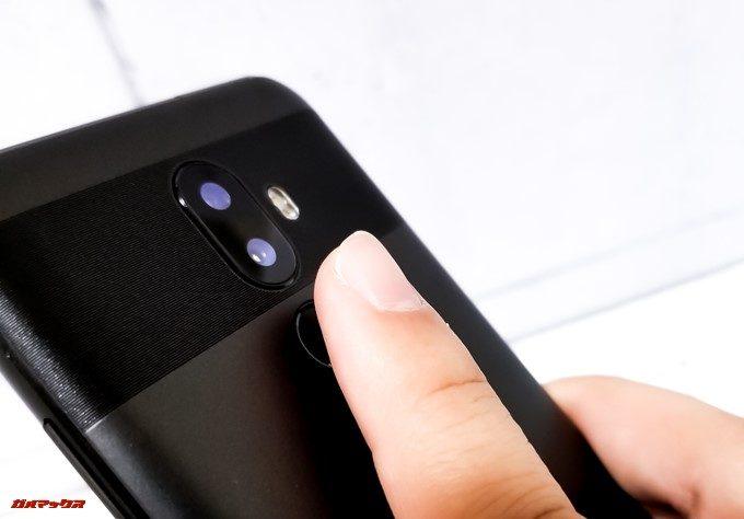 Oukitel U18は指紋認証ユニットが本体背面に備わっています。