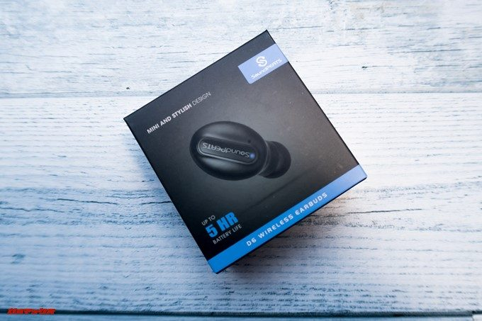 SoundPEATS D6の外箱は英語表記です。