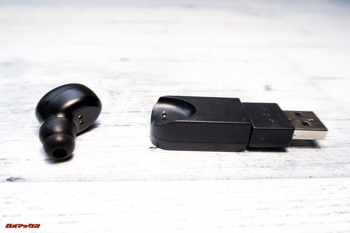 SoundPEATS D6の本体とチャージャーには充電用の端子が備わっています。