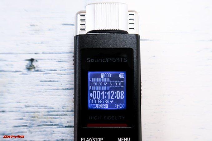 SoundPEATS Nano6は小型ながらバックライト付きのディスプレイを備えています。