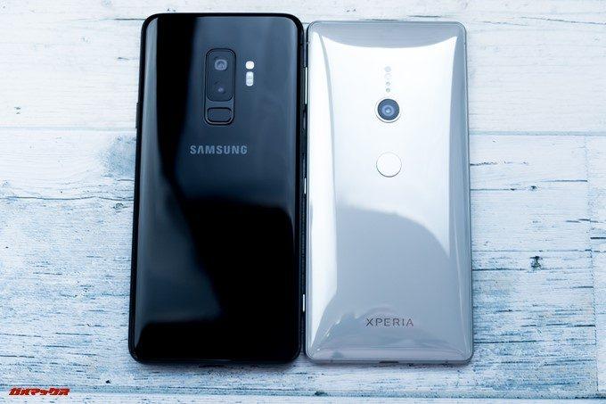 Xperia XZ2とGalaxy S9+の指紋認証位置。Xperia XZ2は非常に低い位置に指紋認証ユニットが備わっています。