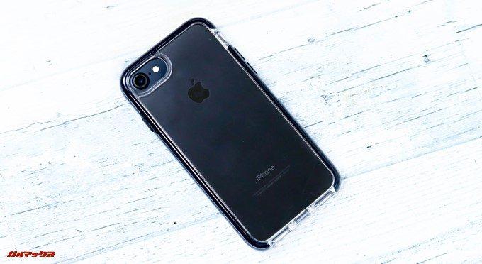 ArtificのMIL規格iPhoneケースはiPhone7や8だと開口部もピッタリ。