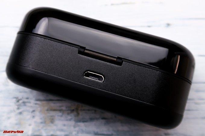 ZNT AirFits Iのケースの裏側には充電用のMicroUSB端子が備わっています。
