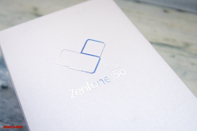 ZenFone 5Q/lite/Selfie(ZC600KL)のハートマークロゴには5の文字が浮かび上がります。