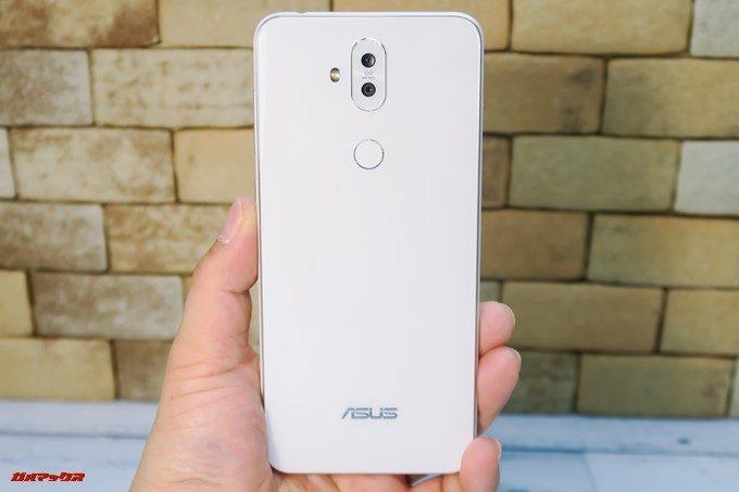 ZenFone 5Q/lite/Selfie(ZC600KL)の指紋認証ユニットは背面中央の上部に備わっています。