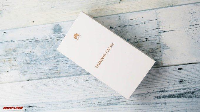 Huawei P20 liteは真っ白な箱にゴールドのロゴが入った箱に入っていました。