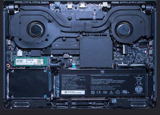Xiaomi Mi Gamingは大型のファンを搭載しているので、マザーボードの半分はファンとなっています。
