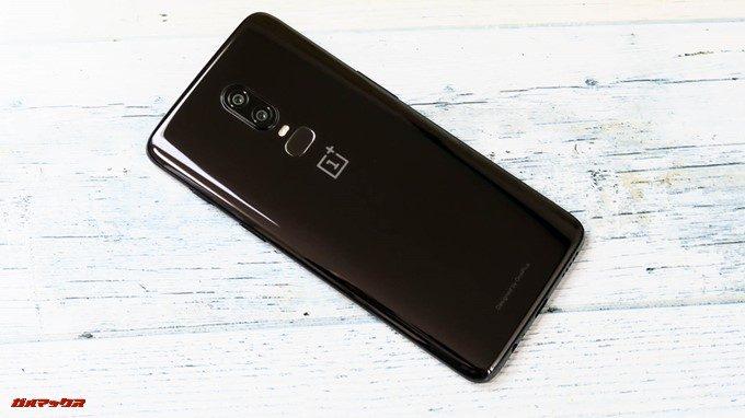 OnePlus 6の背面はガラスコーティングで美しい光沢のあるボディーです。