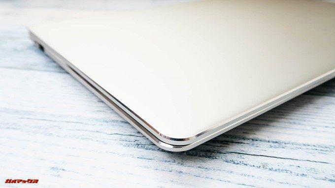 Teclast F7は金属パネルを採用しているからこそのダイヤモンドカットの装飾が出来ます。光の当たり具合でキラリと輝く美しいデザインです。