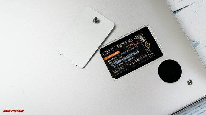Teclast F7は底面にあるSSDスロットの蓋がネジ一本で開くことができ、簡単にSSDの換装が出来ます。
