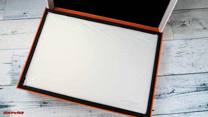 Teclast F7の外箱をパカッと開くと丁寧に梱包された本体がドドーンと入ってます。
