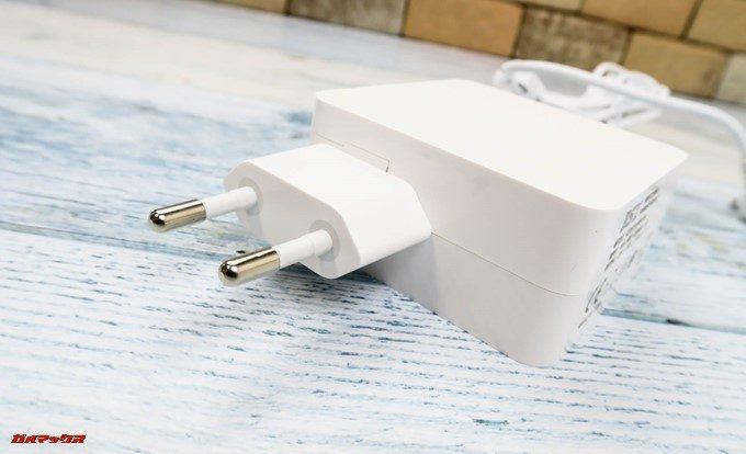 Teclast F7に付属している充電器は日本のコンセントに挿すことの出来ない形状でした。