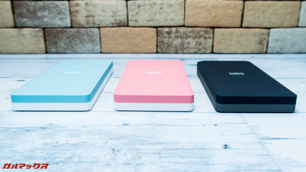 ワイヤレス充電対応モバイルバッテリー[meji]はカラーにより背面のカラーが異なります。