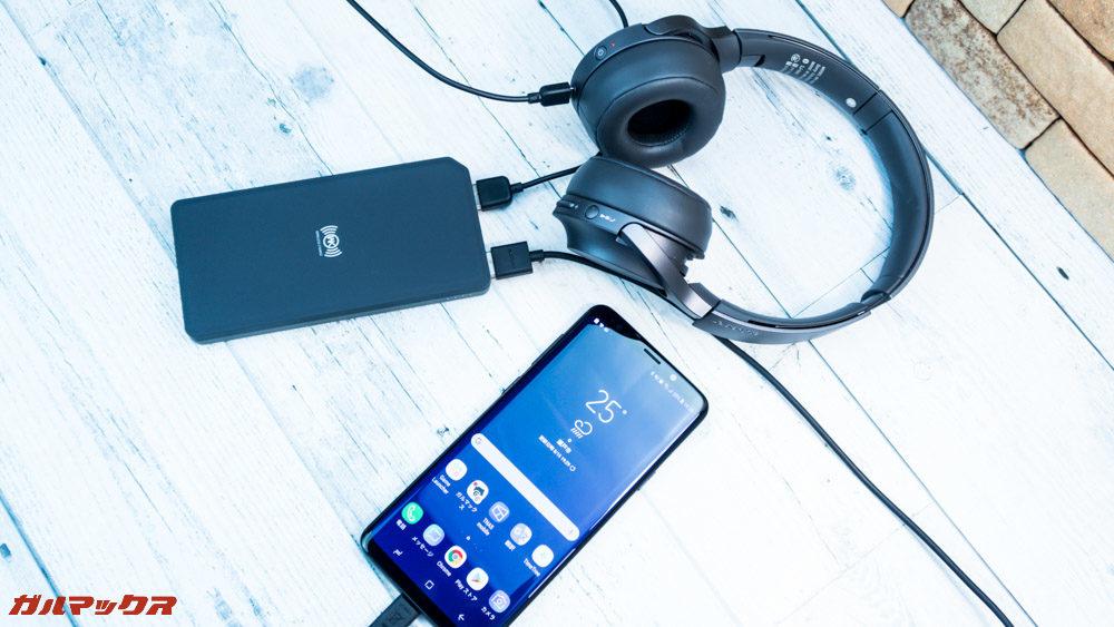 ワイヤレス充電対応モバイルバッテリー[meji]は有線で2つのポートを利用してもワイヤレスで3台目の充電が可能です。