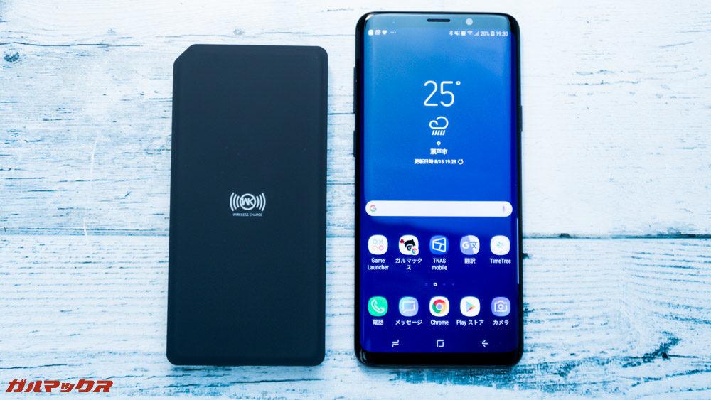 ワイヤレス充電対応モバイルバッテリー[meji]はスマートフォンよりも小型