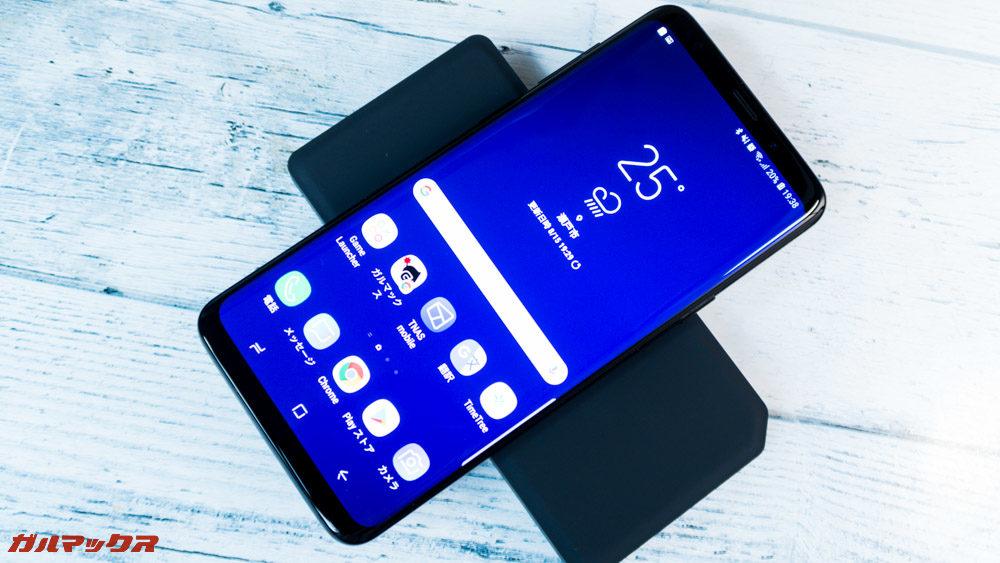 ワイヤレス充電対応モバイルバッテリー[meji]は横向きでも充電可能です。