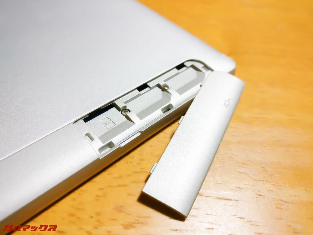MicroSDスロットにはフタを開けてアクセスしましょう