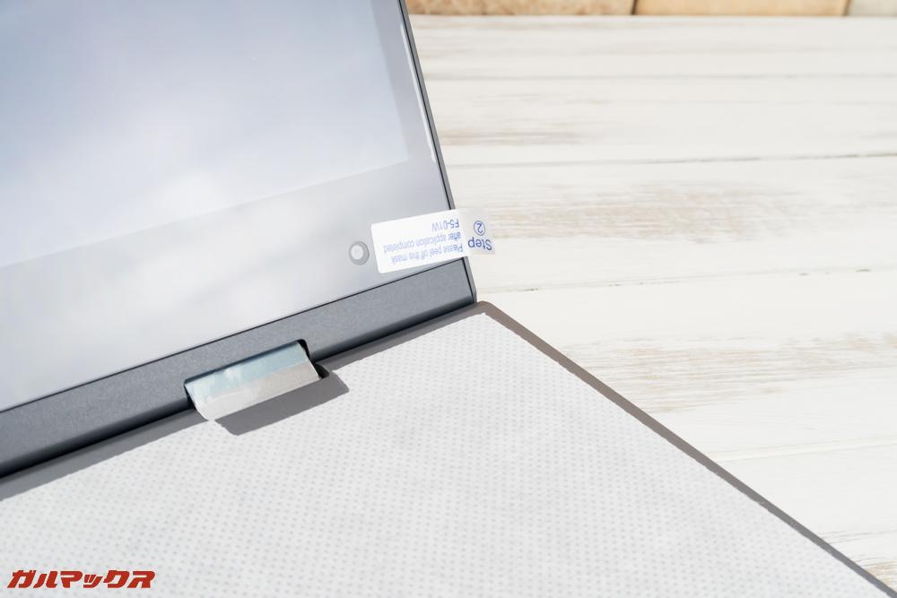 Teclast F5の保護フィルムは本体に張り付いている状態で届きます。