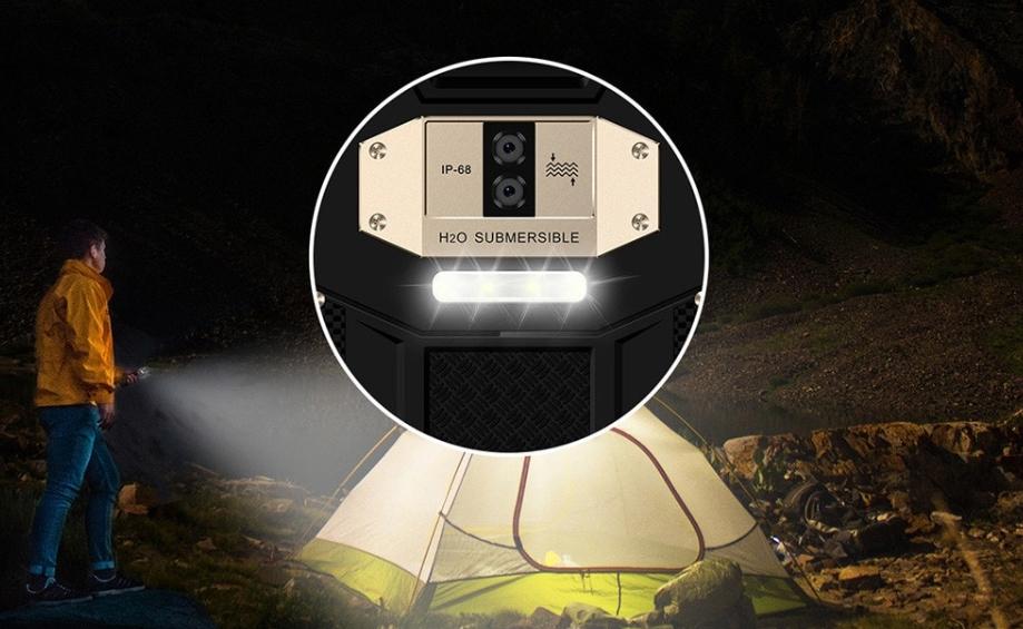 OUKITEL WP2は便利な大型ライトを搭載