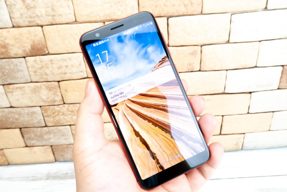 ZenFone Max M1は大型ディスプレイを搭載していますが、手に取ると非常にコンパクトです。