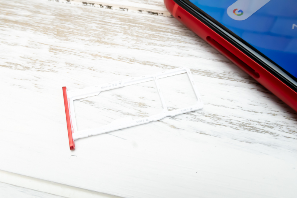 ZenFone Max M1のSIMトレイはトリプルスロット仕様でMicroSDと2枚のNanoSIMが挿入可能となっています。