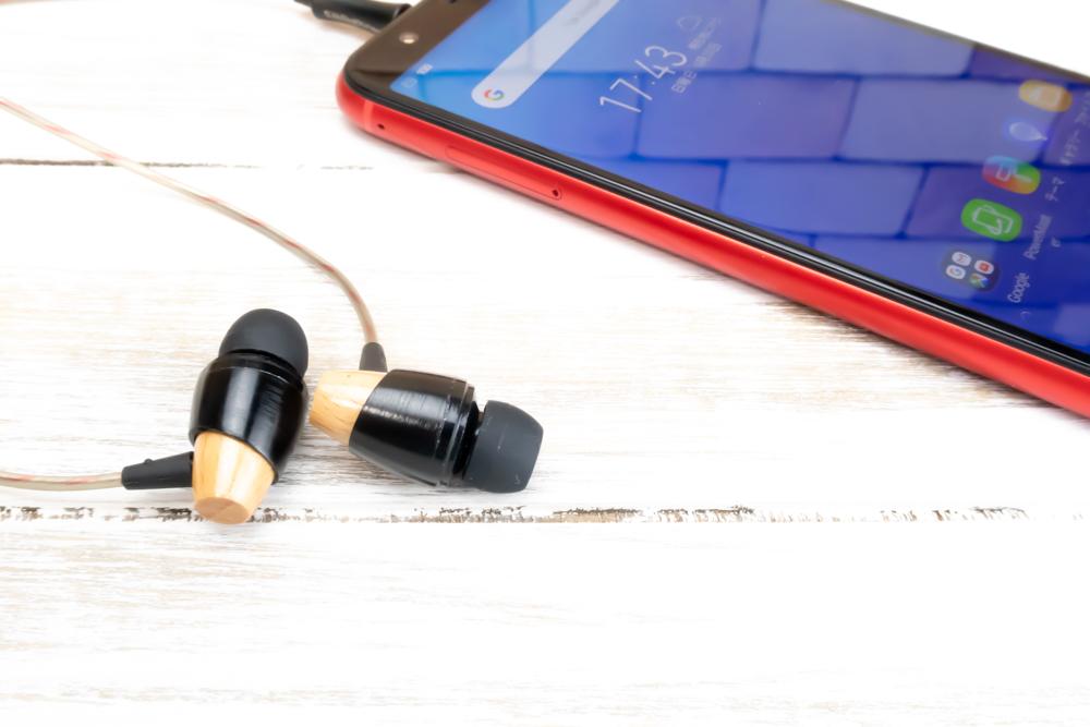 ZenFone Max M1はイヤホン端子を備えているのでお気に入りのイヤホンやヘッドホンを利用可能です。