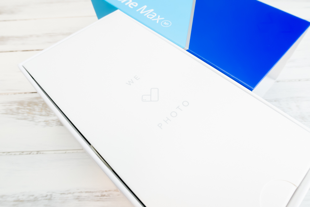 ZenFone Max M1はスライド式の外箱で、本体はアクセサリーボックスの下に入っているタイプ。