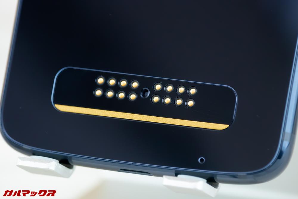 Moto Z3 Playは背面にMoto Modsを取り付けるための端子が備わっています。