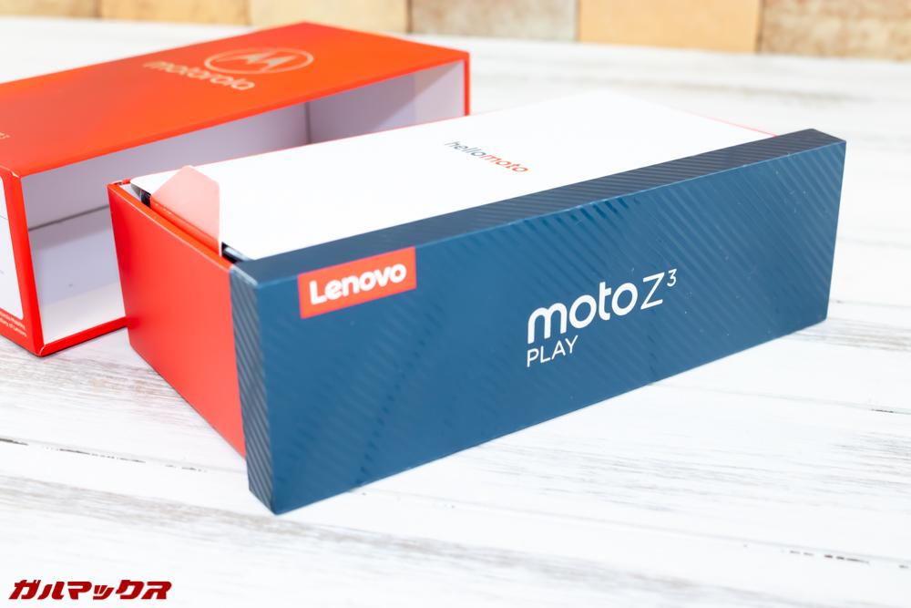 Moto Z3 Playはカッコいい外箱に入っています。